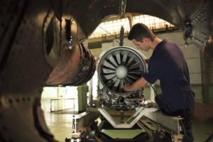Engenheiro trabalhando na manutenção de uma turbina.