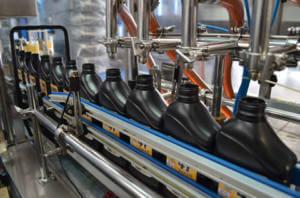 Zoom em linha de montagem de fabricação de lubrificantes.